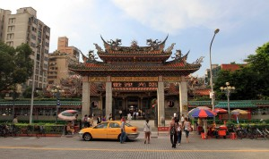 The entrance to the Longshan Temple compound.