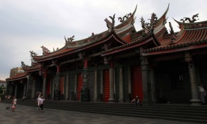 The gate to the main hall at Xingtian Temple.