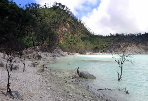 The sulfur-laced shore of Kawah Puthi.