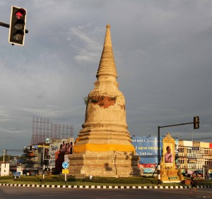 Stupa in Ayutthaya located in the median between the highway.