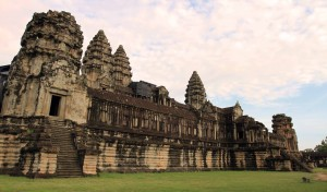 "The inner gallery surrounding the ""temple mountain"" in Angkor Wat."