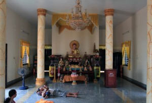 Family hanging out in the main hall of the Khmer Pagoda of Munirangsyaram.