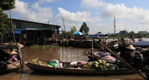 Another view of the Phong Dien floating market.