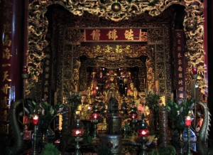 Many golden Buddha statues in one of the halls in Trấn Quốc Pagoda.