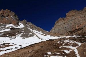 The steep hike up to Thorung High Camp, from Thorung Phedi.