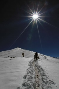 Trail through the snow leading up to the viewpoint near Thorung High Camp.