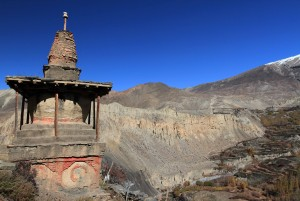 A chorten at the edge of the cliff in Jharkot.