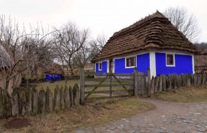 Peasant house (on the right) from Kadyjivtsi village and the hen house from Tsybulivka village (in the center).