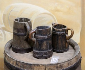 Cask and mugs for wine.