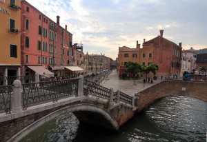 Looking at the intersecting canals from where the four bridges meet, near the Hotel Arlecchino.
