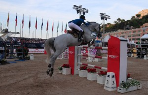 Luciana Diniz (from Portugal) jumping over an obstacle.