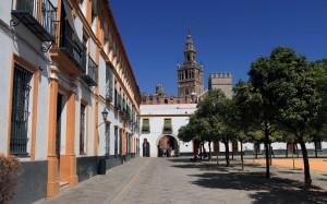 The Plaza del Patio de Banderas with La Giralda in view.