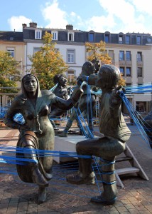 Dancing statues roped together in Place du Theater