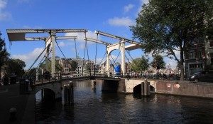 Bridge at the mouth of Nieuwe Herengracht canal.