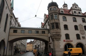 A building arch over Sparkassenstraße, with the Old Town Hall on the left.