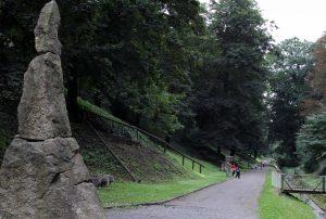 Walk along the Brusnice Creek in the castle's gardens.