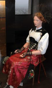 Traditionelle Kleidung für die Schweizer Damen.