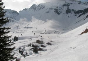 The Pension-Restaurant Sonnenberg and huts at the far end of Mürren.
