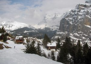 Skiing back toward Mürren.