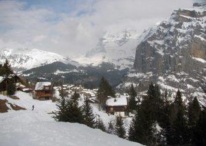 Skiing back toward Mürren.