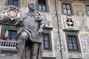 Statue of Cosimo I de' Medici in front of the Palazzo della Carovana.